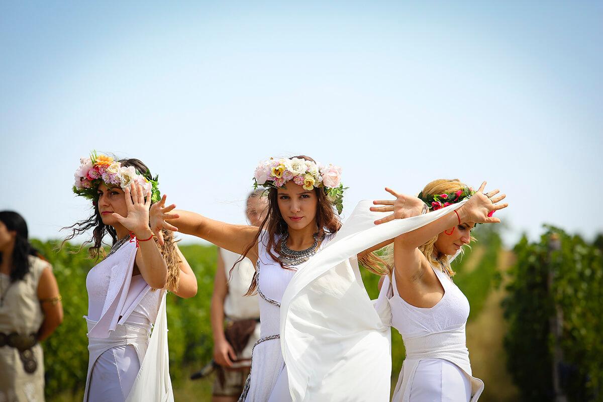 Начало на гроздобер 2017 в лозята на Шато Коларово според древен тракийски обичай